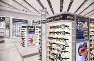 gafas con etiqueta antihurto optica en escaparate tienda
