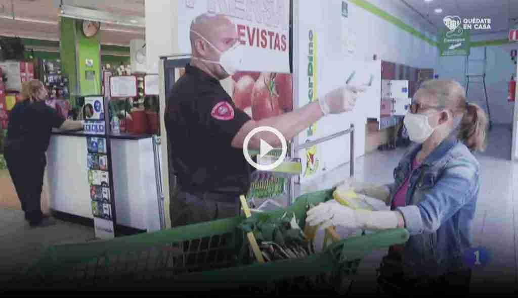 medicion de temperatura a la entrada de un supermercado RTVE con termometro infrarrojo de precision